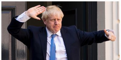 """بجوارب """"فردة وفردة""""و ملابس متسخة.. رئيس وزراء"""