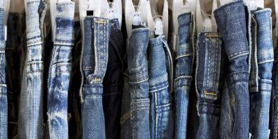 تعلمي كيفية تنظيف ملابسك المصنوعة من الجينز دون غسلها