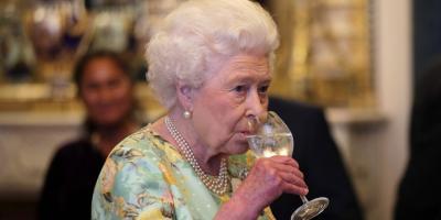 قواعد غريبة وملزمة للجميع عند تناول العشاء مع الملكة