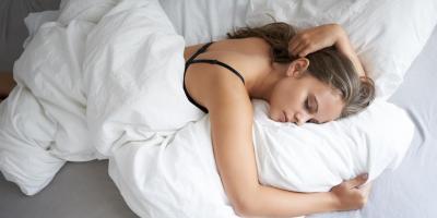 هل النوم بحمالة الصدر يعتبر مضرًا لكِ؟ إليك الإجابة