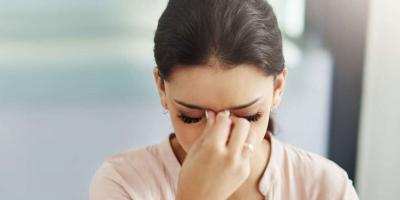 عدم وضوح الرؤية والصداع..ما الذي يسبب هذه الأعراض؟