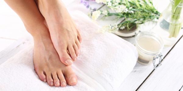كيف تتخلصين من مشكلة الجلد الميت فى قدميكِ؟
